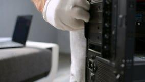 El amo de computadora personal del mantenimiento de la PC desatornilla el perno del tornillo del perno y abre el caso metrajes