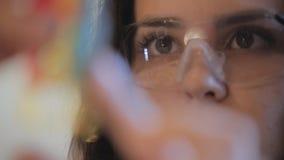 El amo del fabricante del retrato de la joyería en gafas es metrajes