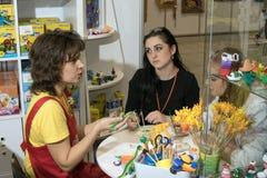 El amo enseña los niños a cómo hacer los juguetes Fotografía de archivo