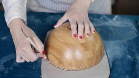 El amo forma la cerámica en una lona azul Proceso creativo Da forma a su producto Dibuja los bordes en un cuenco redondo almacen de video
