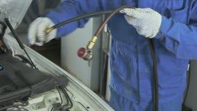 El amo funciona con el aire acondicionado del coche almacen de metraje de vídeo