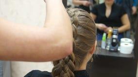 El amo hace a la muchacha del peinado Proceso del Hairstyling almacen de video