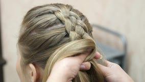 El amo hace a la muchacha del peinado Proceso del Hairstyling metrajes