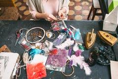 El amo hace nuevo Dreamcatcher en estudio del arte Foto de archivo libre de regalías