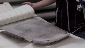 El amo hace una nueva tapicería del coche metrajes