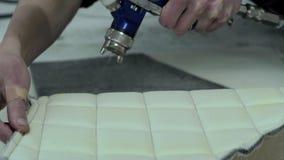 El amo hace una nueva tapicería del coche almacen de video