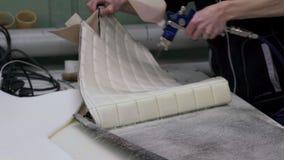 El amo hace una nueva tapicería del coche almacen de metraje de vídeo