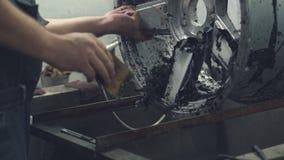 El amo limpia el disco del coche de la pintura vieja almacen de metraje de vídeo