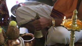 El amo llama Bell y al novio Makes Offering con los palillos del aroma