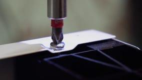 El amo, que fabrica los muebles fija el lavaplatos, usando un destornillador Primer Cámara lenta almacen de video