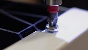 El amo, que fabrica los muebles fija el lavaplatos, usando un destornillador Primer almacen de video
