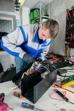 El amo repara el equipo en el taller imágenes de archivo libres de regalías