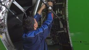 El amo repara el motor de un avión de pasajero 4K metrajes