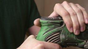 El amo sostiene en su mano un puncher de trabajo metrajes