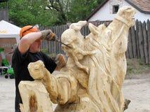 El amo trabaja sobre la creación de la escultura de madera Fotos de archivo libres de regalías
