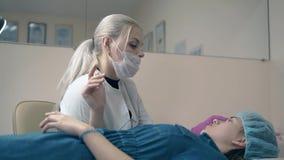 El amo y la mujer de la frente hablan de estilo de las frentes en clínica metrajes