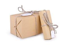 El amontonamiento empaqueta las cajas con el papel de Kraft, aislado Fotos de archivo libres de regalías