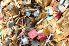 El amor cierra Pont de lArcheveche Imagen de archivo