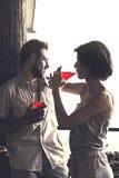 El amor de Couplein que tiene spritz tiempo en una terraza imagen de archivo libre de regalías