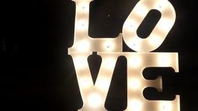 El AMOR de la palabra adorna la luz llevada en la calle en la noche metrajes