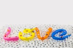 el amor de la palabra en el alfabeto colorido para la tarjeta del día de San Valentín Imágenes de archivo libres de regalías