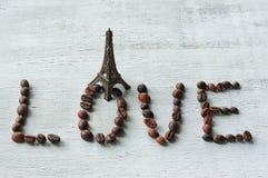 el amor de la palabra hecho de los granos de café Fotos de archivo libres de regalías