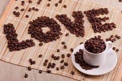 el amor de la palabra hecho de los granos de café fotos de archivo