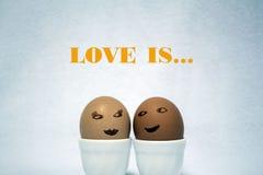 El amor es… marcador del rosa en el fondo blanco Imagen de archivo libre de regalías