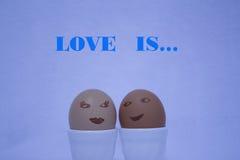 El amor es… marcador del rosa en el fondo blanco Imagenes de archivo