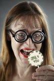 El amor es? Mujer emocionada que recibe el presente Imagen de archivo libre de regalías