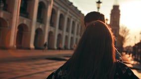El amor está en el aire Pares románticos lindos, pares de tiempo de gasto masculino y femenino, bailando junto en la ciudad metrajes