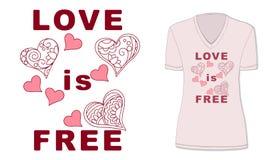 El amor está libre con los corazones en la camiseta rosada Foto de archivo
