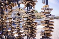 El amor padlocks la cerca del puente Fotos de archivo