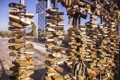 El amor padlocks la cerca del puente Imágenes de archivo libres de regalías