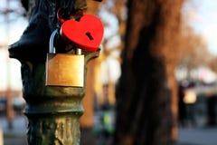 El amor padlocks la tarjeta del fondo con forma del corazón en París, Francia foto de archivo