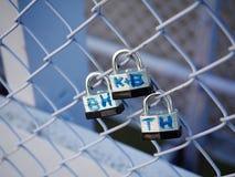 El amor simbólico padlocks el puente Cincinnati de las verjas Imágenes de archivo libres de regalías