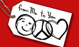 El amor y la amistad de la paz de la etiqueta de la tarjeta de nota de la Navidad diseñan en un fondo rojo Imagen de archivo