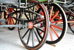 El amortiguador y la rueda de choque articulan en un carro Imagen de archivo libre de regalías