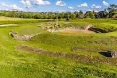 El amphitheatre romano en el parque de Verulamium, St Albans, Reino Unido en verano imágenes de archivo libres de regalías