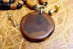 El amuleto de madera y los earnails imagenes de archivo