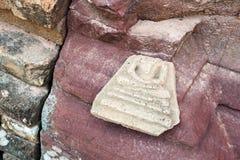 El amuleto roto abandonado de la imagen de Buda salió de la pagoda arruinada exterior de la piedra arenisca en el templo, Tailand Fotografía de archivo