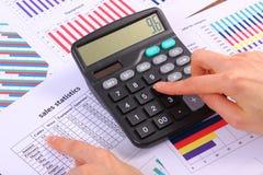 El análisis de ventas planea, calculadora en el gráfico financiero, concepto del negocio Fotografía de archivo