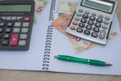 El análisis, la calculadora y la pluma de la tabla del mercado de acción indica la investigación y el análisis, con efectivo Imagenes de archivo