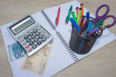 El análisis, la calculadora y la pluma de la tabla del mercado de acción indica la investigación y el análisis, con efectivo Fotografía de archivo