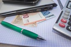 El análisis, la calculadora y la pluma de la tabla del mercado de acción indica la investigación y el análisis, con efectivo Foto de archivo