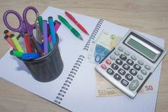 El análisis, la calculadora y la pluma de la tabla del mercado de acción indica la investigación y el análisis, con efectivo Fotografía de archivo libre de regalías