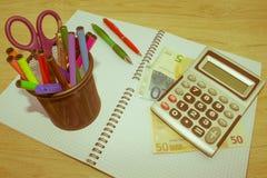 El análisis, la calculadora y la pluma de la tabla del mercado de acción indica la investigación y el análisis, con efectivo Fotos de archivo libres de regalías