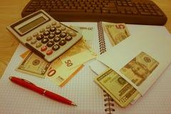 El análisis, la calculadora y la pluma de la tabla del mercado de acción indica la investigación y el análisis, con efectivo Fotos de archivo