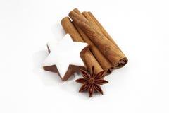 El anís y el canela de estrella de los palillos de canela de la decoración de la Navidad protagonizan en el fondo blanco Fotos de archivo