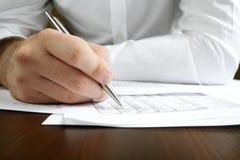 El analizar de los datos financieros. Imagen de archivo